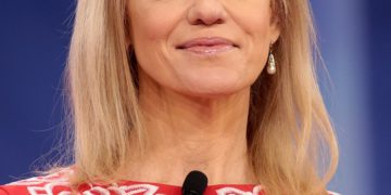 Kellyanne Conway Attacked For Posting a Topless Photo of Her Daughter | Buzzenga